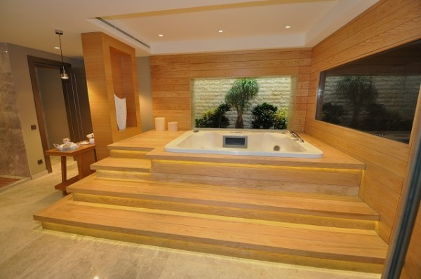 Oceanic Villas jacuzzi bathroom